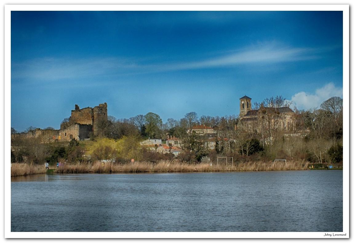 Château de Talmont et église St Pierre vus du plan d'eau