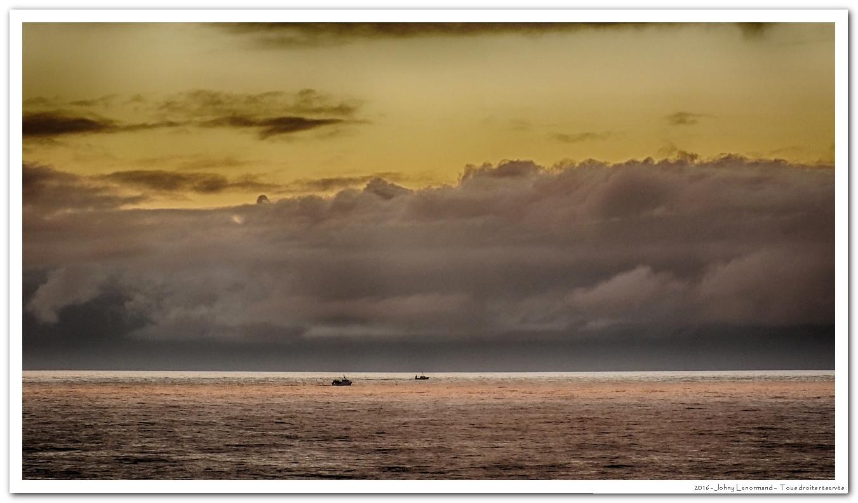 Bateaux de pêche sur l'horizon