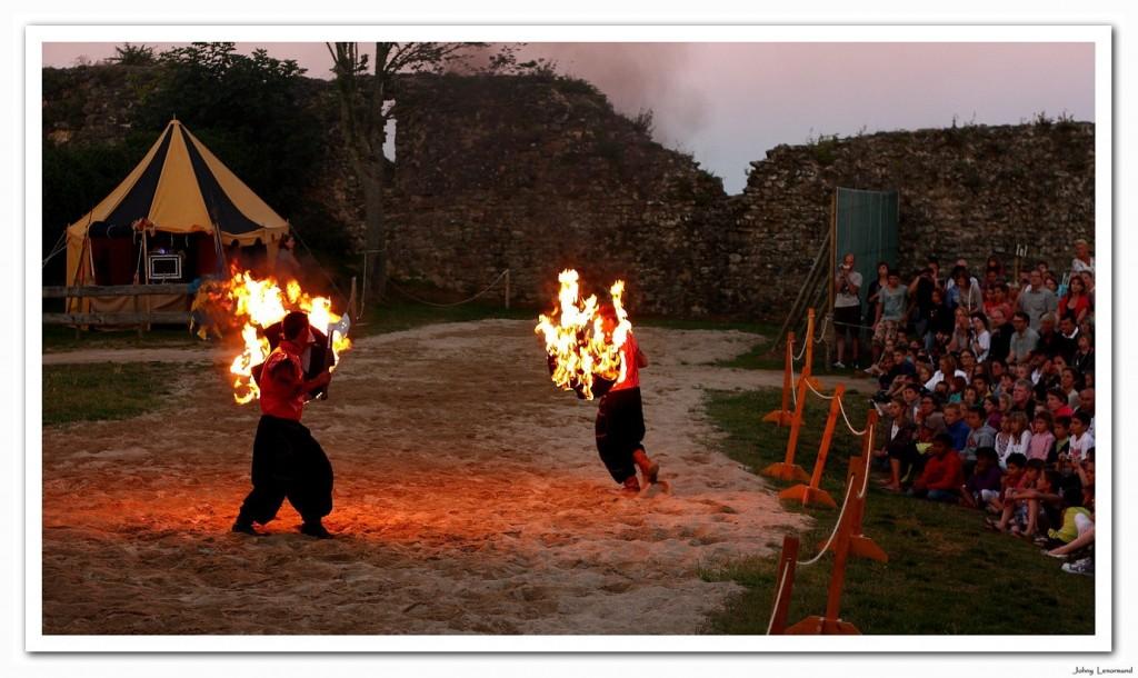 spectacle nocturne au château de Talmont