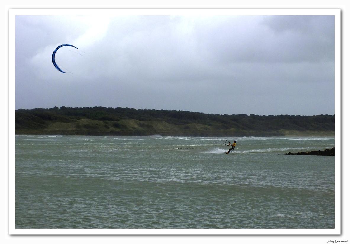 Kite-surfer sur l'estuaire du Payré