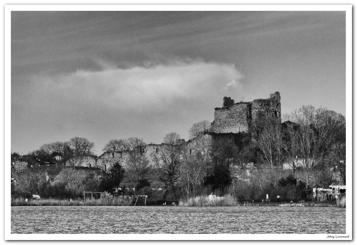 Château de Talmont vu du plan d'eau