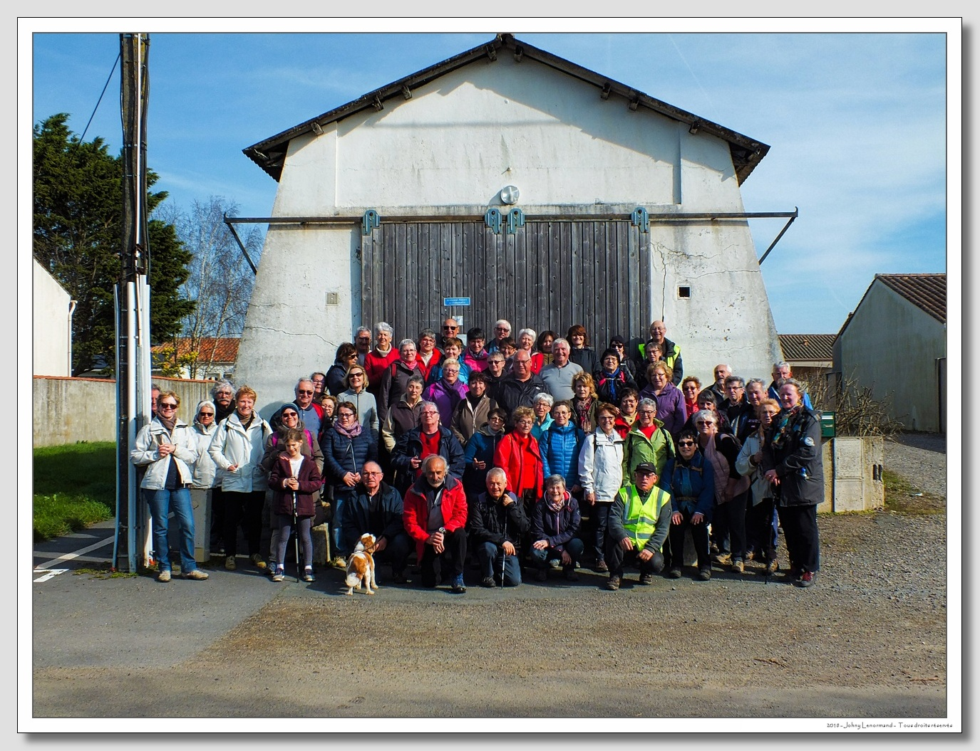 Club des randonnées talmondaises devant la salorge de la Guittière à Talmont en Vendée