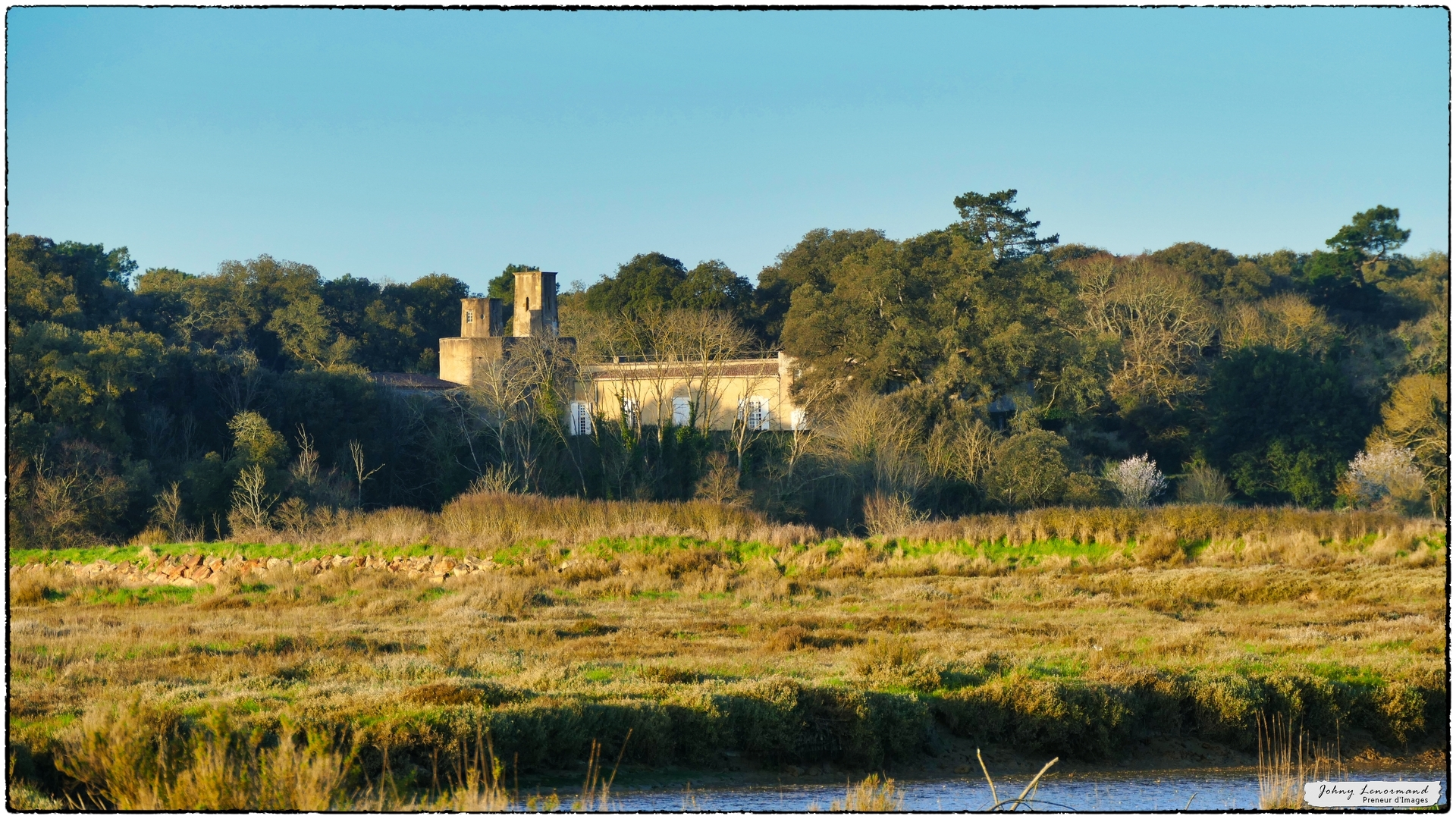 Château du Veillon vu des marais
